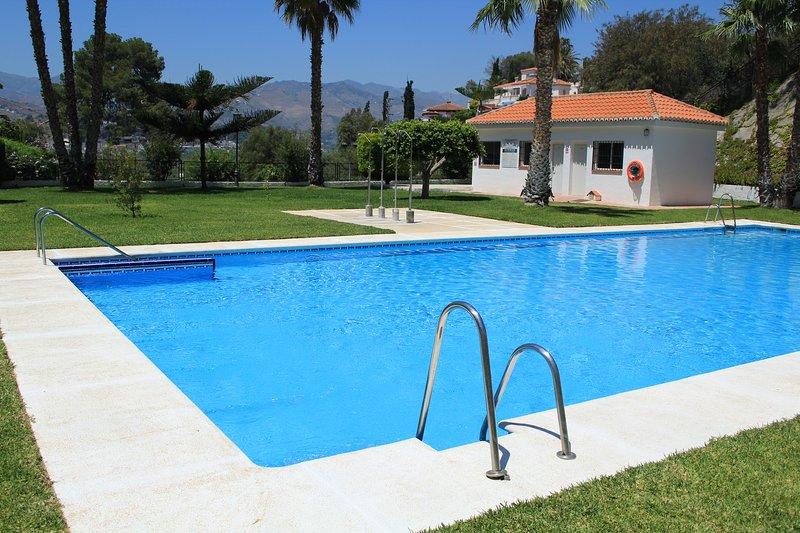 Magnifíc casa con piscina y aparcamiento comunitario,cerca del pueblo y la playa, alquiler vacacional en Almuñécar