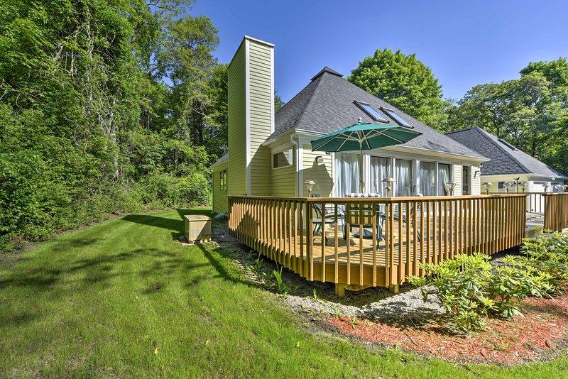 Relajarse en la amplia terraza que se extiende a través de toda la parte trasera de la casa.