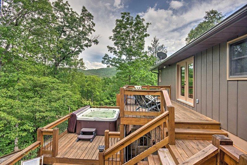 Disfrute de tomar su café de la mañana en la terraza de 3 niveles con vistas a las montañas.