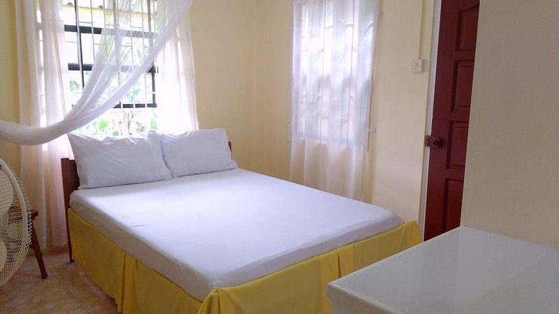Sunny Yellow : Live Like A Local - 2 bedroom fully furnished apartment, alquiler de vacaciones en Crochu