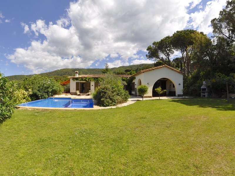 VILLA LOS PINOS, WITH PRIVATE SWIMMING POOL AND A LARGE GARDEN, WIFI, PARKING, location de vacances à Romanya de la Selva