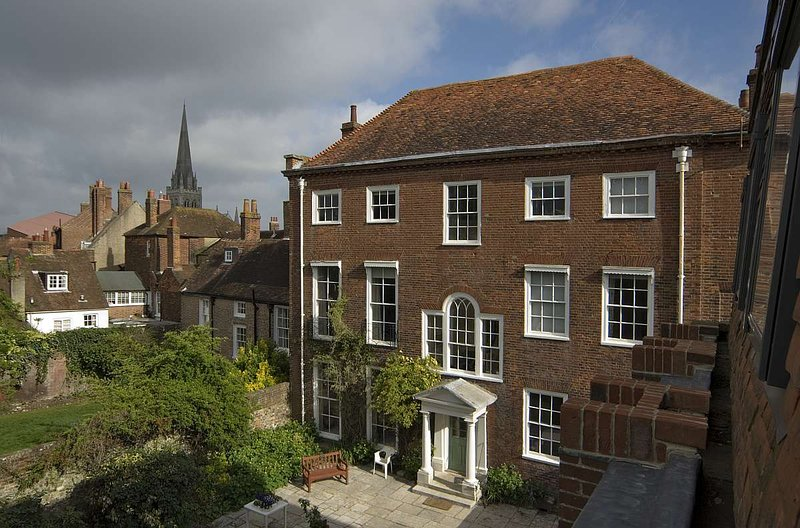 Luxury House Rental in the centre of Chichester sleeps 16, vacation rental in Chichester