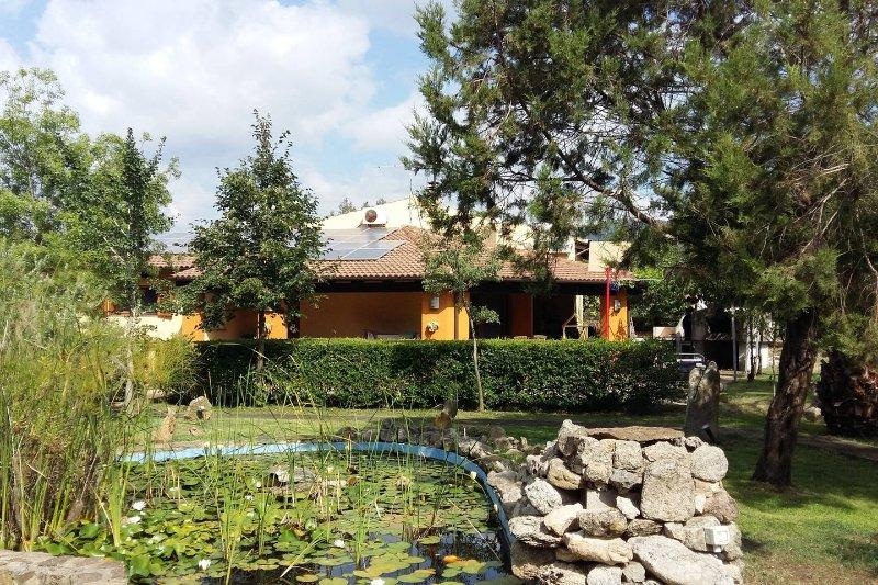 Taverna indipendente in villa con ampio giardino, vacation rental in Olbia