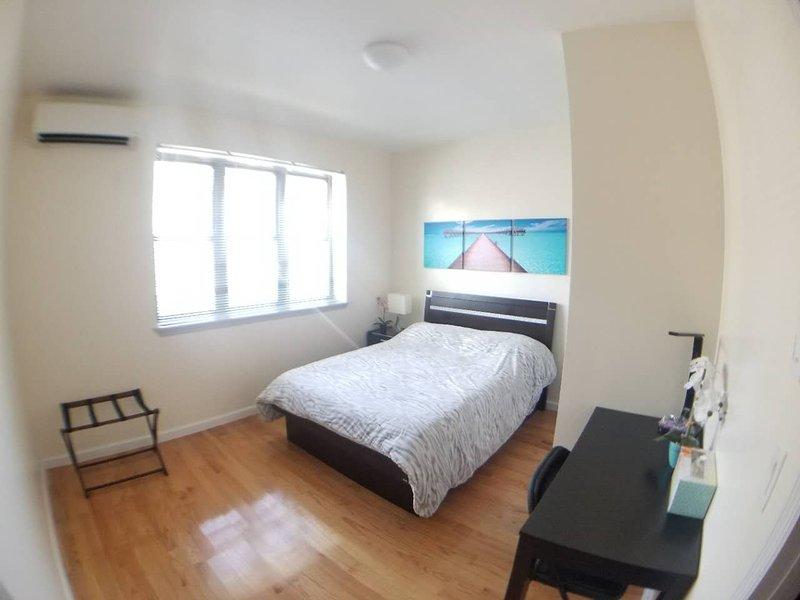 Muy soleada habitación amplia con escritorio, conexión Wi-Fi de alta velocidad, portaequipajes y el arte para ayudarle a relajarse