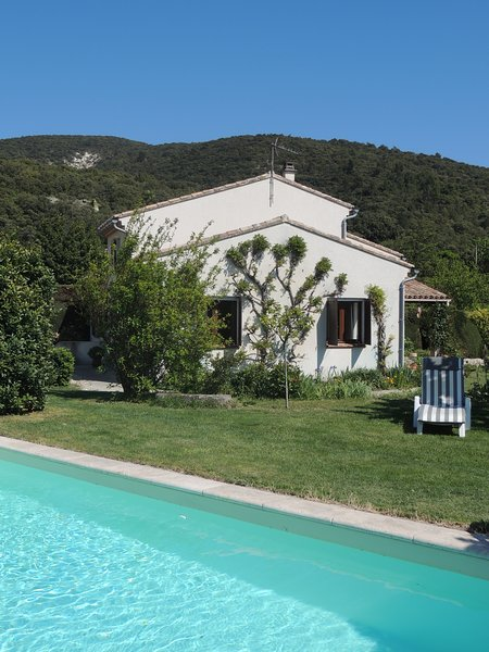 Spacieuse maison avec piscine et grand jardin, Ferienwohnung in Roche-Saint-Secret-Beconne