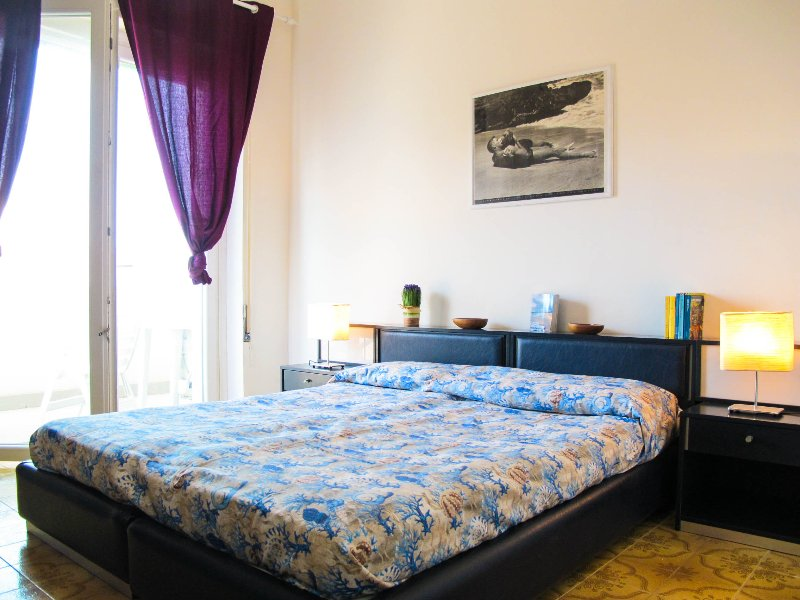Sea view, 3 bright bedrooms only 2 minutes' walk from the beach and near metro, holiday rental in Lido di Ostia