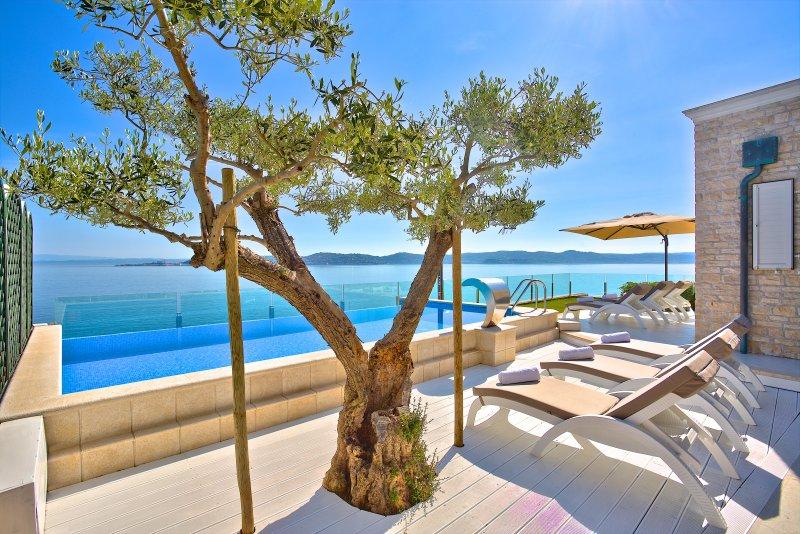 Villa Sarah - Elegant Beachfront Property, alquiler vacacional en Umag