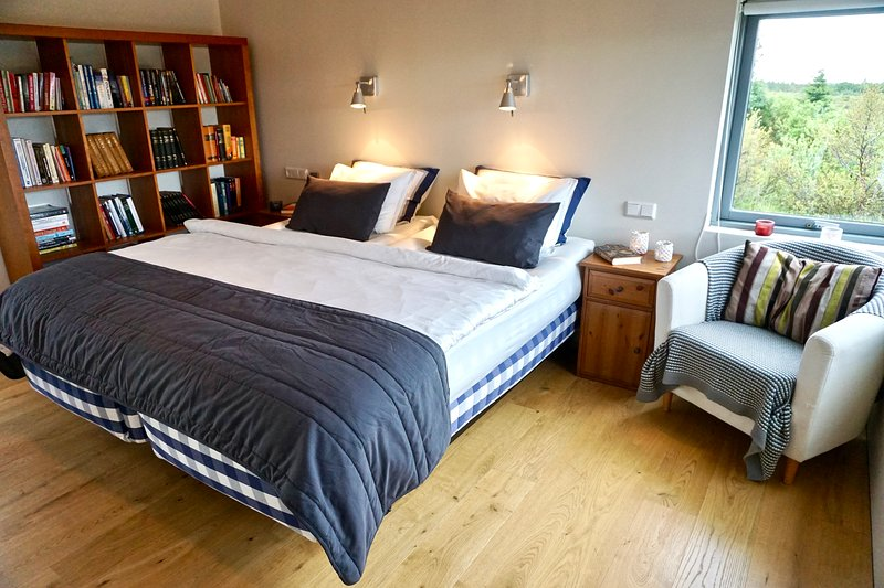 Dormitorio I con una cama estándar de altura y vistas a la montaña