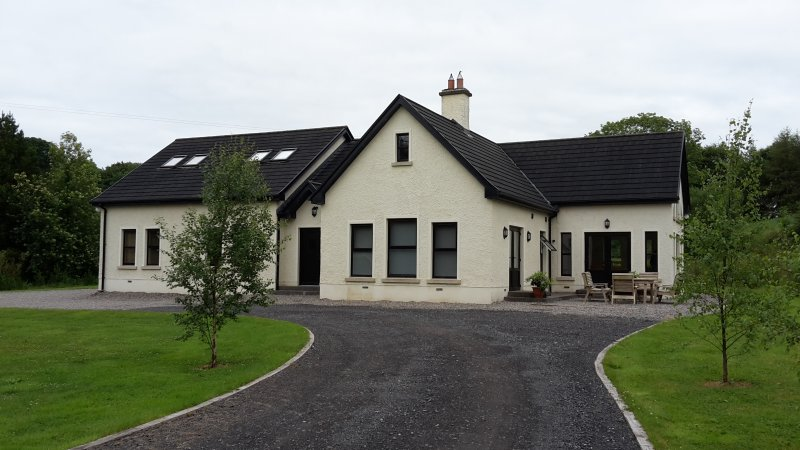 Kilskeery Lodge. Detatched modern country house with two private fishing lakes, vacation rental in Enniskillen