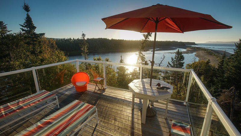 Amazing Nova Scotia Beach Cottage Sleeps 10, aluguéis de temporada em Parrsboro