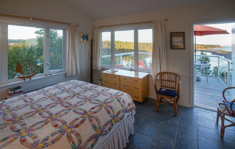 Queen bed in main bedroom - lie in bed & watch the sunrise