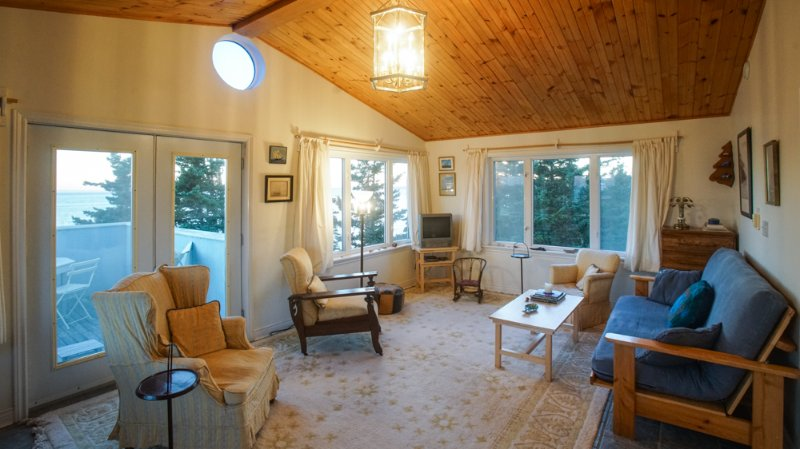 2nd floor sunroom, with double sofa bed