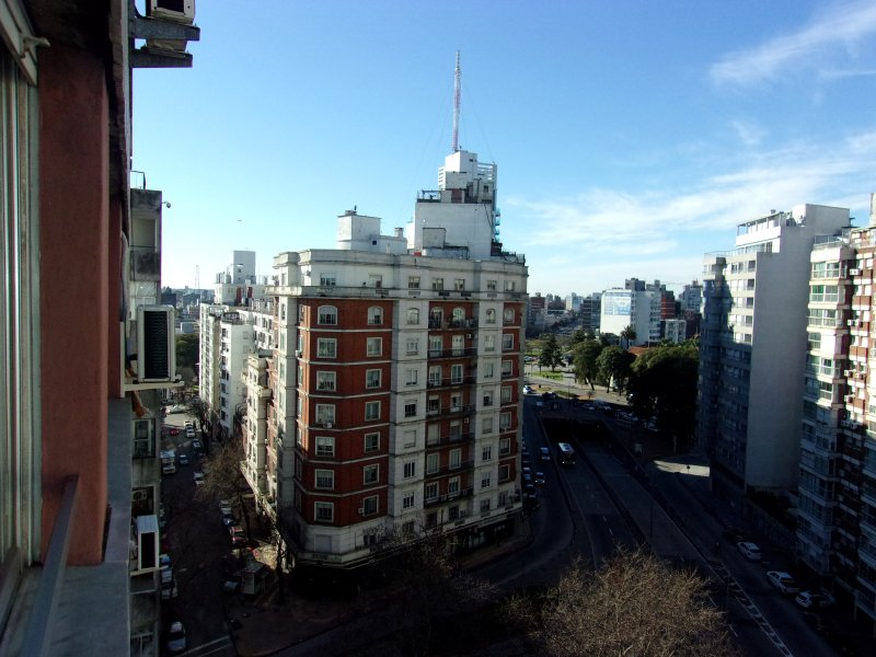 Apartment in Montevideo s Heart, 24 hrs security, shoppings buses & all you need, holiday rental in Montevideo