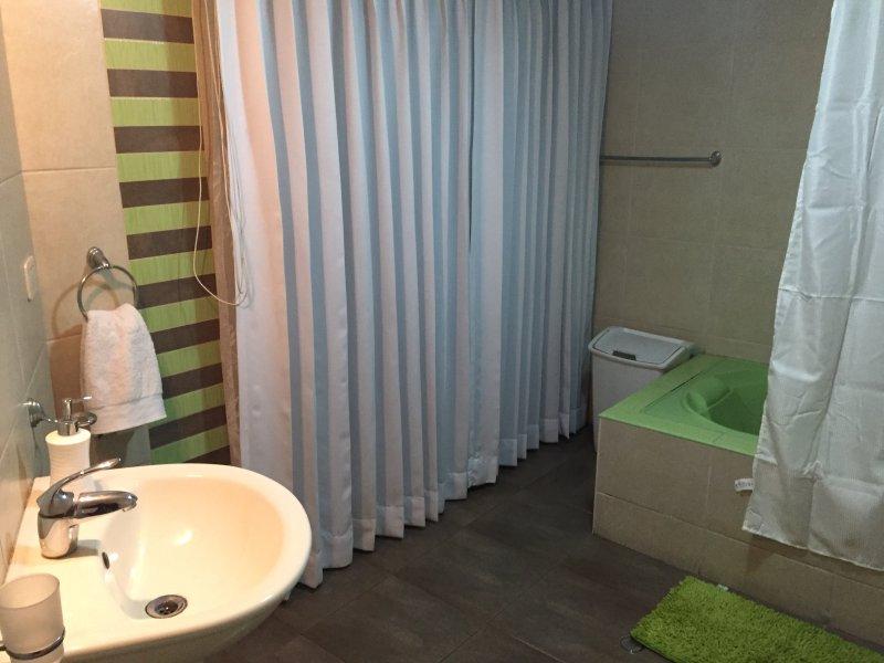 Habitaci n privada en acogedora casa con piscina for Casas con piscina privada para vacaciones