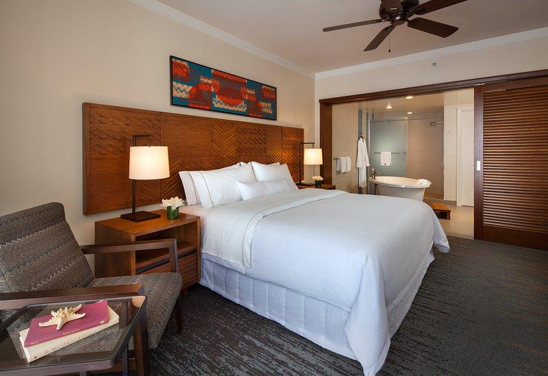dormitorio principal con rey tamaño cama Westin Heavenly.