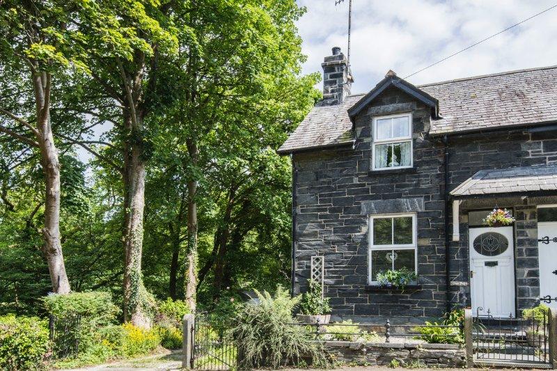 Glan Dulyn Riverside Holiday Cottage,  Betws-y-coed,  Snowdonia , Wales, location de vacances à Betws-y-Coed