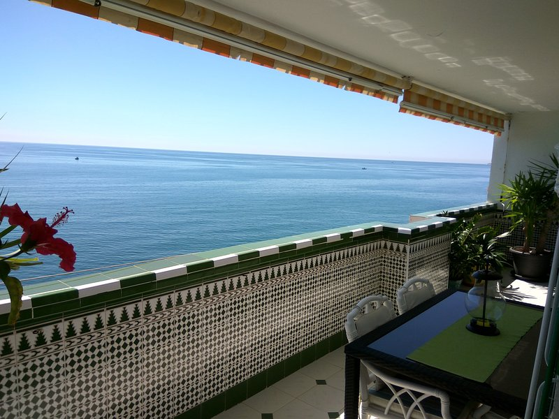 Apartamento en 1ª linea de playa semi-privada, WIFI, location de vacances à Arroyo de la Miel
