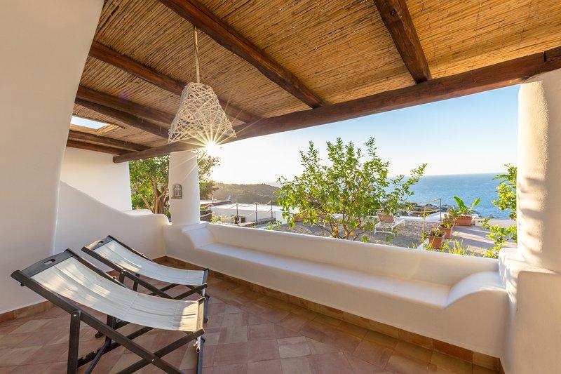 Casetta Limone - panoramica, nuova, ideale per coppie e famiglie, holiday rental in Rinella
