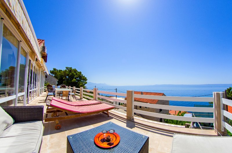 Vast house for up to 20 people, near the beach, holiday rental in Brac Island