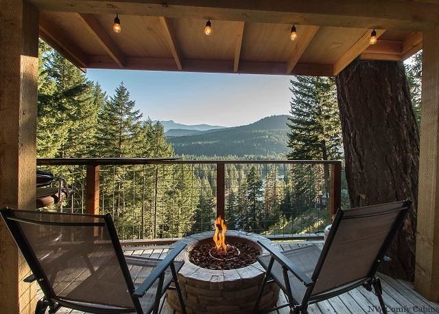 Romantic tiny home w/views, hot tub, DVD, Fido OK and just 20 minutes to town, vacation rental in Leavenworth