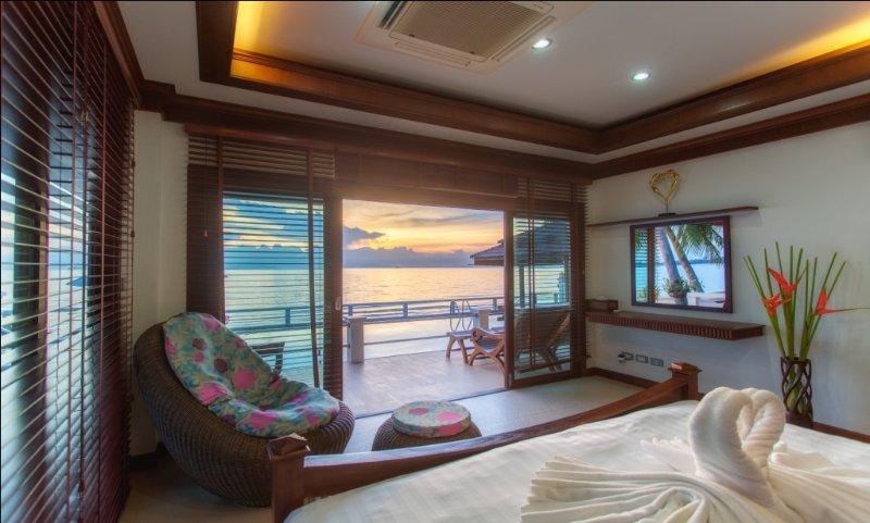 Villa Julie - beachfront, free car, swimming pool!, location de vacances à Lipa Noi