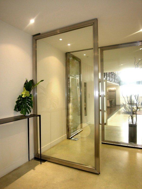 Le hall d'entrée de 15 m² mène au salon, à la salle de bains 2 et à la chambre 2.
