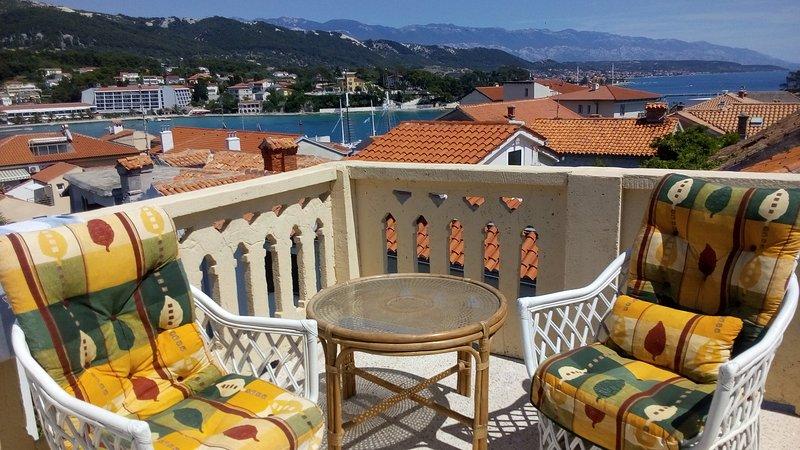 una vista al mar y la ciudad vieja del terrace.unique lofts.
