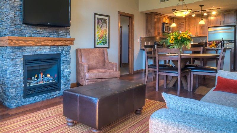 Chimenea, estufa, sofá, muebles, mesa de comedor