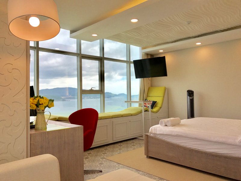 A deluxe yellow-green apartment by beautiful beach, vacation rental in Nha Trang