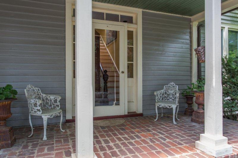 Entrada para Cope Foster e uma bela varanda da frente para desfrutar