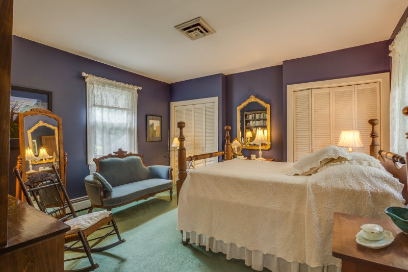 Double bedroom with beautiful antique furniture and lovely amenities