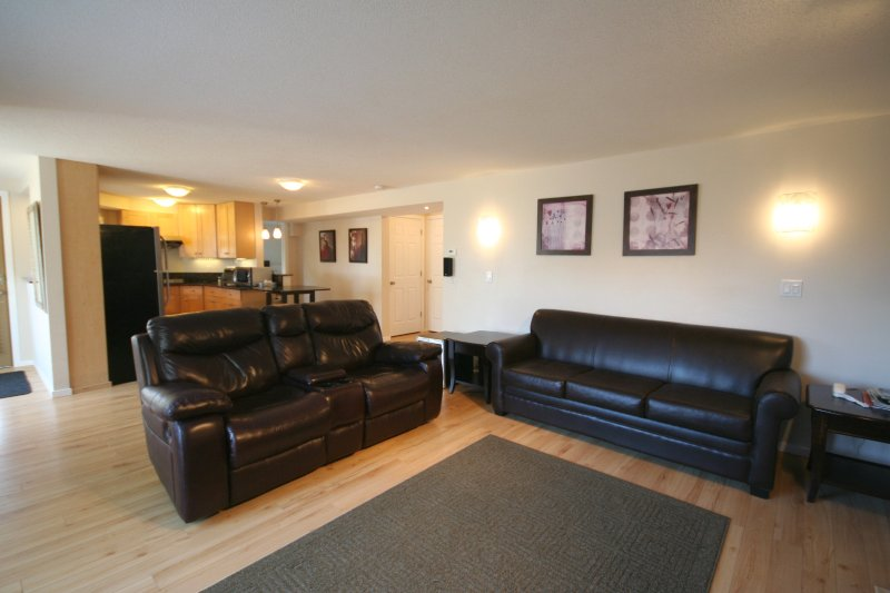Private 2 Bdrm 2 Bath Suite with Own Backyard & Mountain View - Payless4House, holiday rental in Calgary