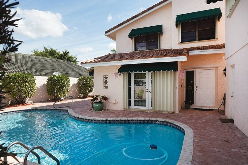GOLF COURSE, WATERFRONT WITH POOL 5 bedrooms 51/2 bathrooms Sleeps 14, holiday rental in Fort Lauderdale