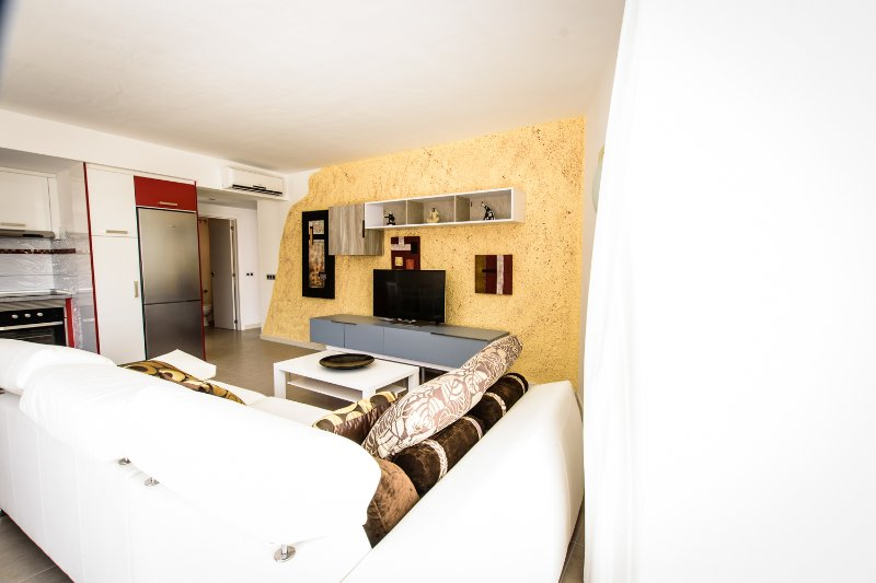 SOL MOGAN SUITES. Suite con terraza y dos dormitorios., aluguéis de temporada em Las Burillas