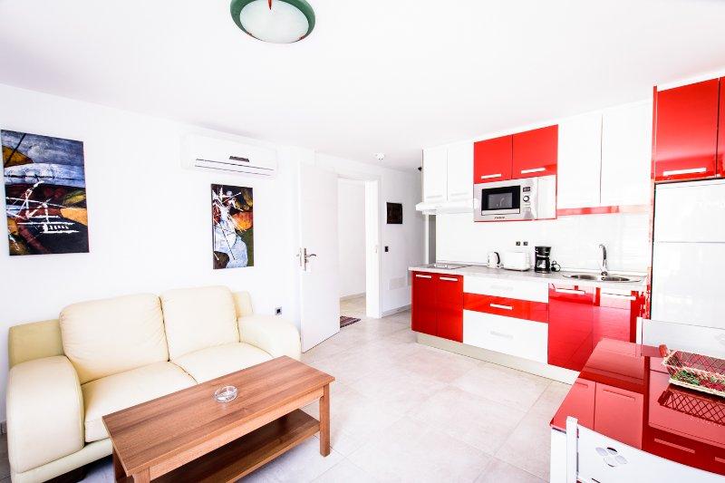 SOL MOGAN SUITES. Apartamento estandar con terraza. 1 dormitorio, aluguéis de temporada em Las Burillas