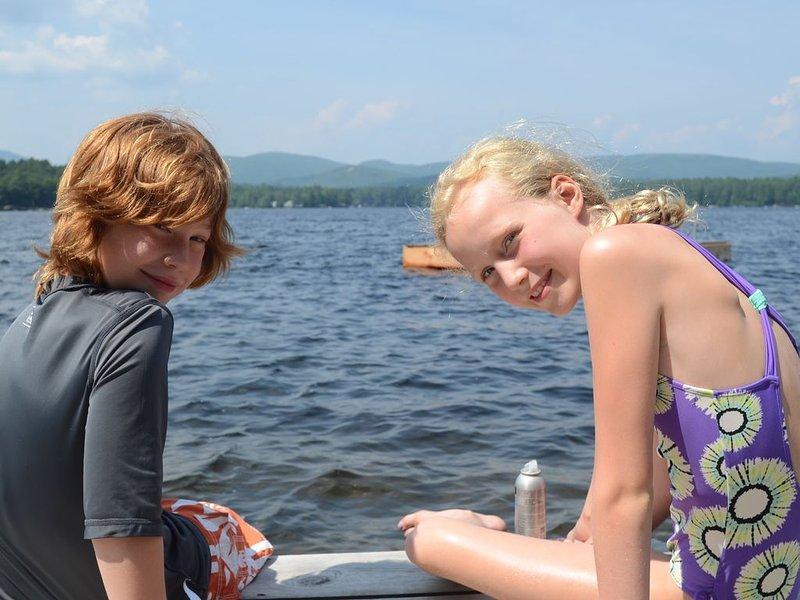 Primos disfrutando del lago.