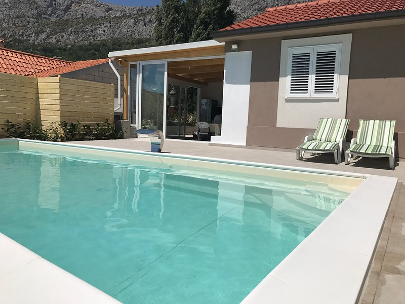 New! Holiday house Dora - private pool, sea view, wood barbecue and massage, holiday rental in Klis