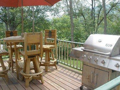Vorderdeck der Skipiste mit Blick auf w / Adirondack Tisch und Stühle w / großen Grill, Whirlpool weg von Deck