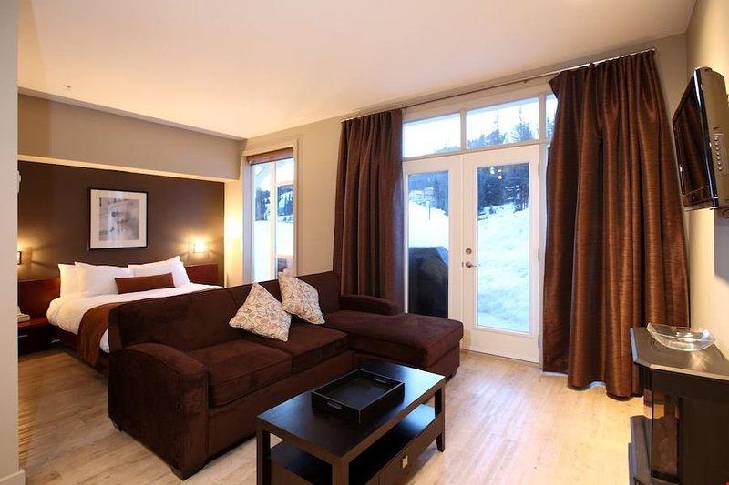 Questo condominio bachelor può ospitare fino a 2 persone ed è naturalmente luminosa e invitante.