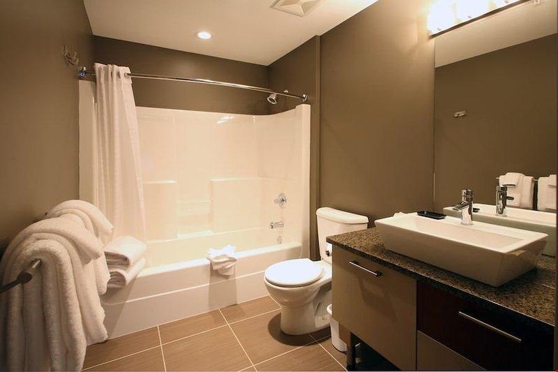 Preparati per una giornata in collina in questo bellissimo bagno moderno