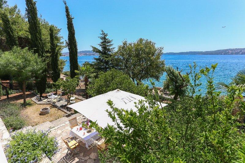 Secret Garden Barada Beach Apartment, vacation rental in Donji Seget