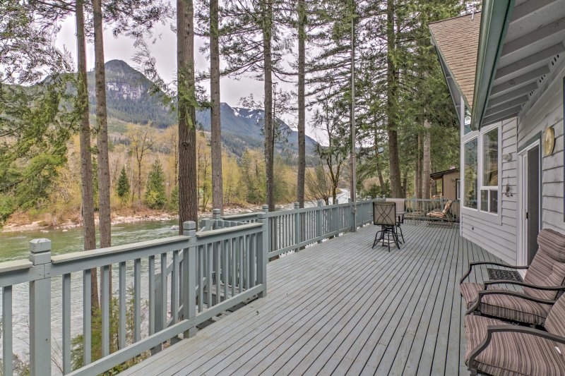 Gold Bar 'Wild Sky River Home' w/ Deck & Views!, vacation rental in Gold Bar