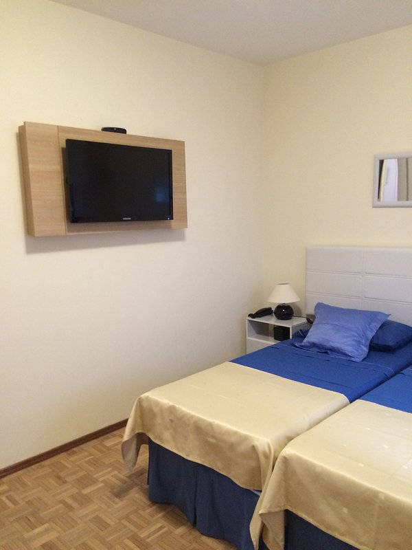 dormitorio principal con TV
