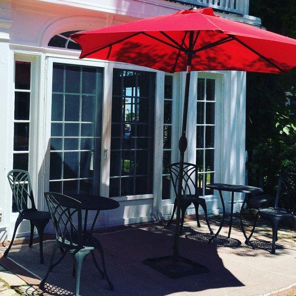 patio à l'arrière avec des tables de bistrot