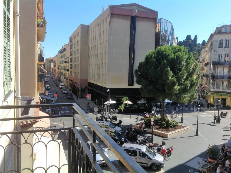 Vista panoramica della Place du Pin crogiolarsi al sole del pomeriggio