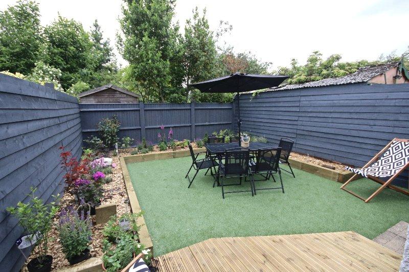 La zona del jardín trasero es una trampa de sol y todos nuestros huéspedes decir cuán grande es este espacio