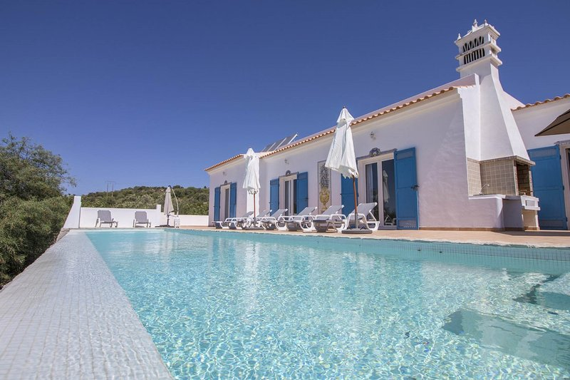 Lovely restored algarve style villa, panoramic sea views, fabulous infinity pool, holiday rental in Loule
