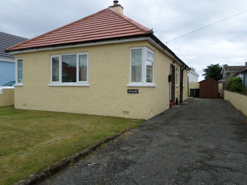 Bungalow within walking distance of the beach, holiday rental in Rhosneigr