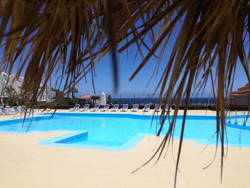 Two bedrooms apartment overlooking the pool, location de vacances à Golf del Sur