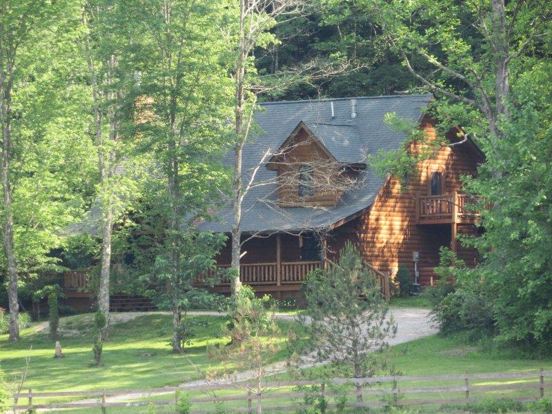 Adventurewood la cabina de registro en una colina en el borde de los bosques